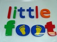 Little foot – styrodurové logo s čelem z plexiskla