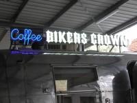 Coffee Bikers – neonový nápis na síti doplněný 3D světelnými písmeny