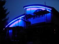 Neonová atika rodinného domu