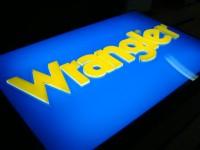 AL elox reklama s čení světelnou stěnou na které jsou lepena 3D písmena