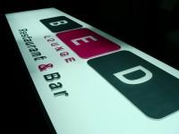 Světelný AL elox panel s čelně lepenými 3D plexi písmeny