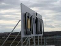 Střešní logo na panelu s 3D písmem. LED osvětlení